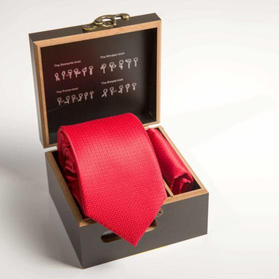 Галстук красный с платком в коробке